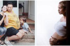 Pose 8 seleb Tanah Air tirukan gaya istri hamil, kocak abis