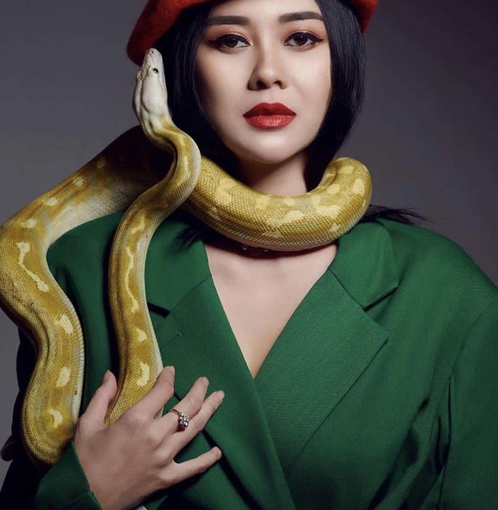 Seleb pose ular lagi  berbagai sumber