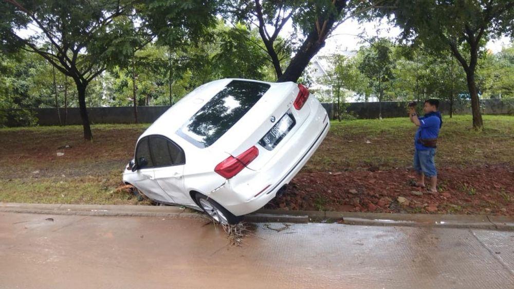 5 Potret pasca banjir Jakarta & sekitar, mobil bertumpukan © 2020 berbagai sumber
