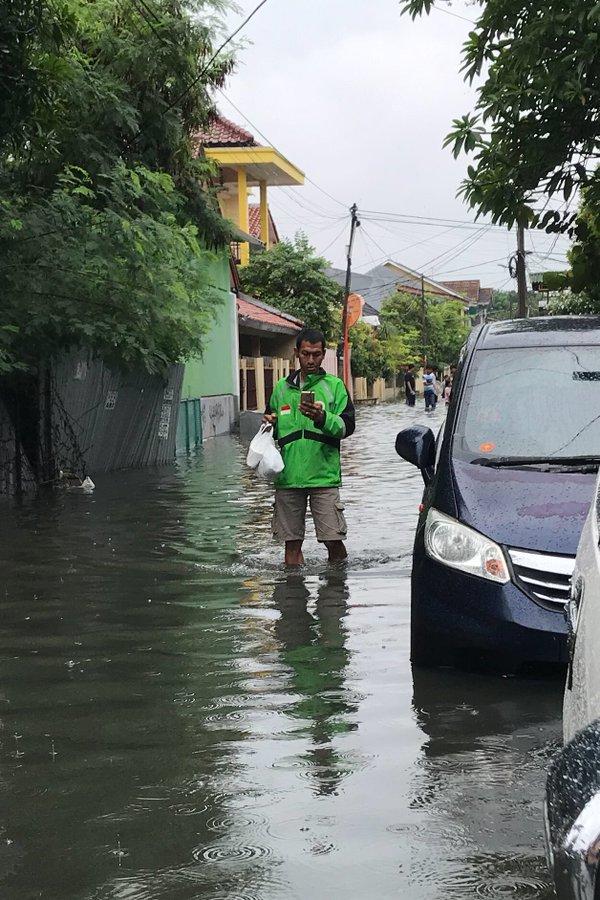 driver ojol banjir © 2020 brilio.net