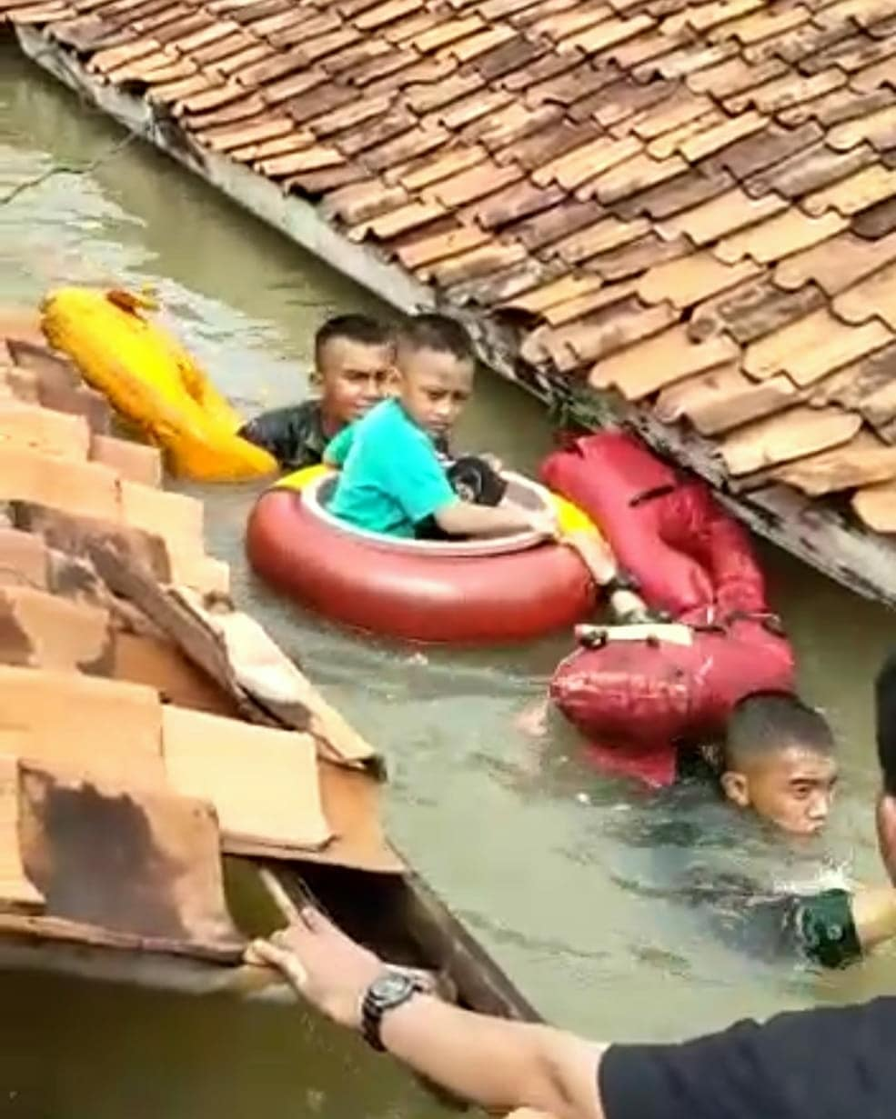 Aksi heroik marinir terjang banjir 3 meter demi selamatkan balita © 2020 instagram.com