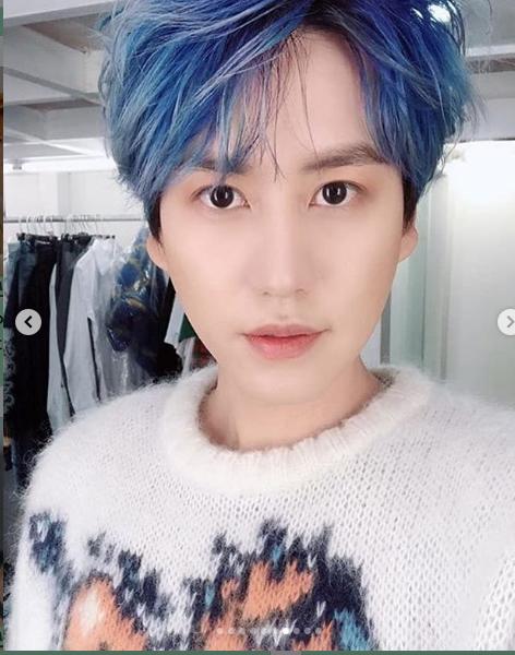 idol rambut biru istimewa