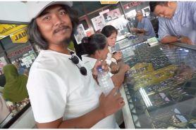 10 Momen Dodit Mulyanto beli emas untuk ibu, gayanya sederhana