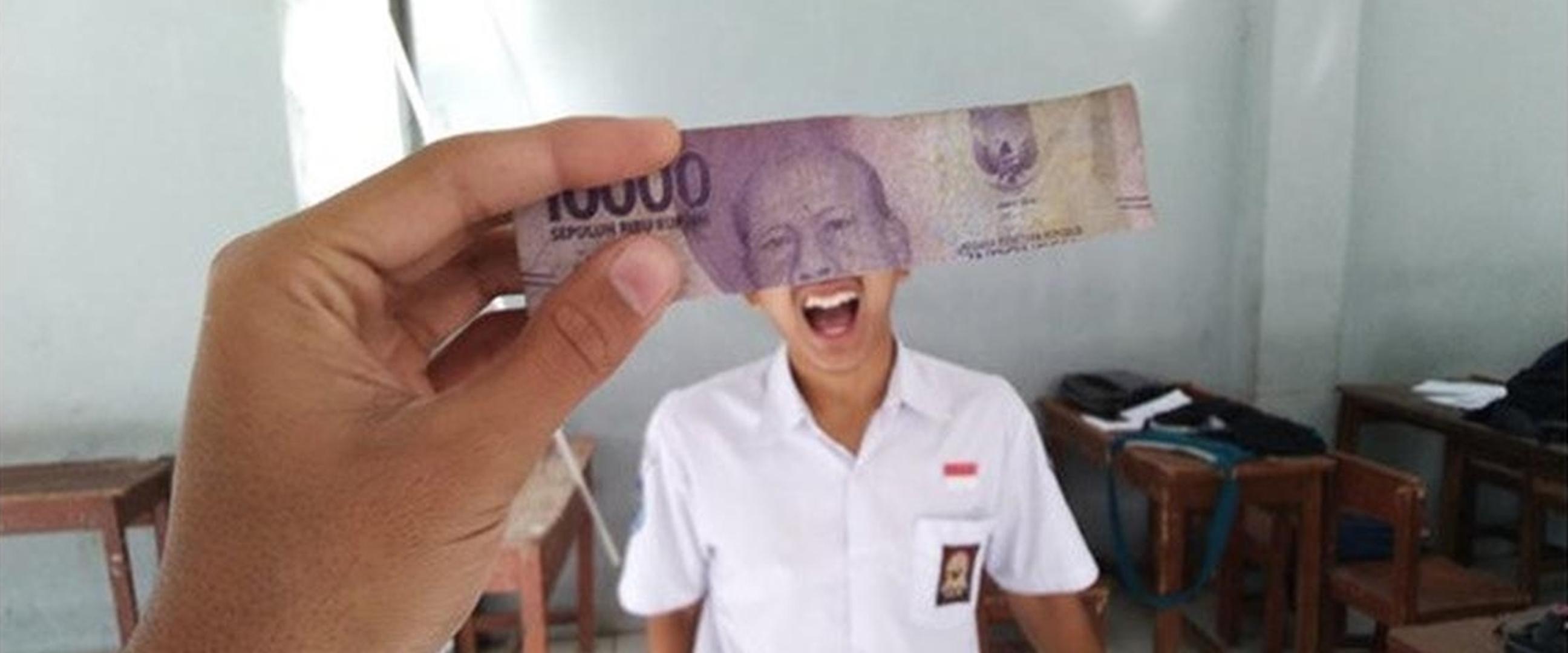 6 Potret lucu gabungan wajah orang dan uang kertas ini kocak abis