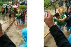 Detik-detik haru mempelai pria gendong istri seberangi sungai
