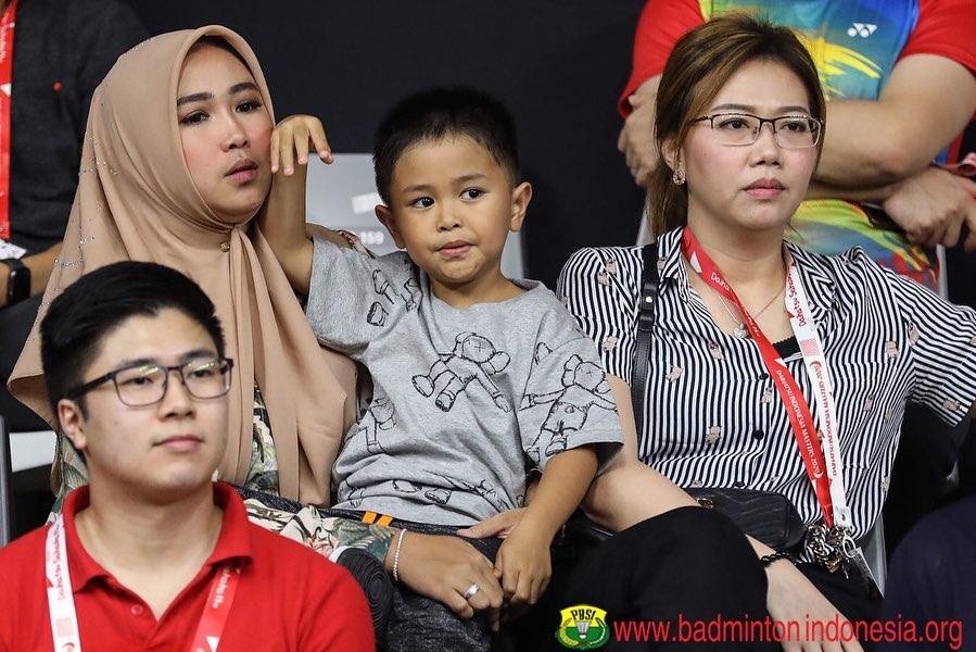 gaya anak pebulu tangkis dukung ayah © badmintonindonesia.org
