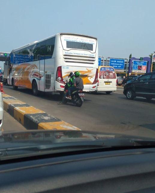 driver ojol berhenti di jalan Istimewa