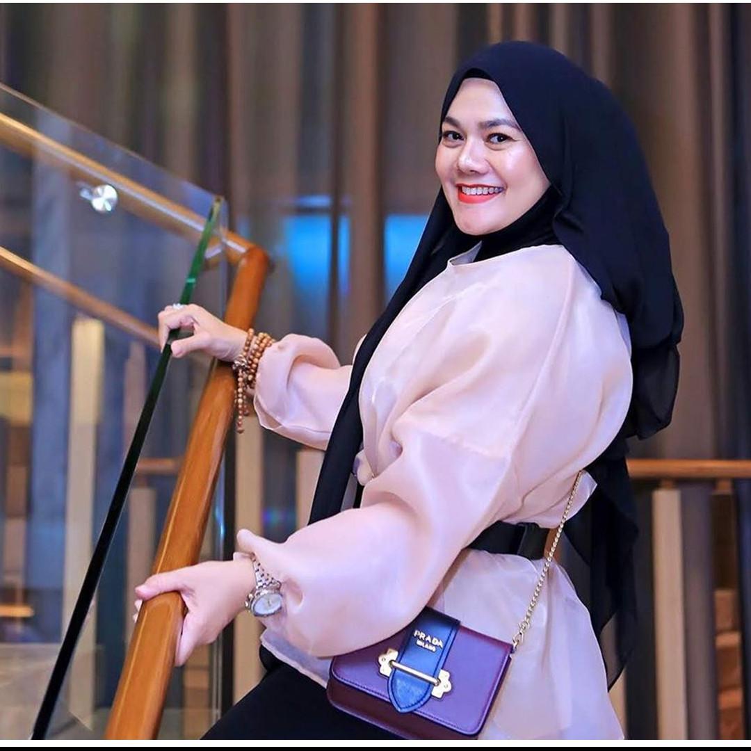 10 Gaya hijab Sarita Abdul Mukti, kece dan stylish