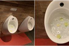 Dipenuhi es batu & potongan jeruk, potret urinoir ini jadi sorotan