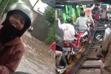 Cara pemotor lewati banjir Jakarta ini kreatif abis, bebas basah