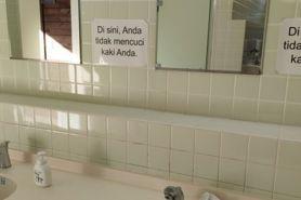 Viral peringatan dilarang cuci kaki Bahasa Indonesia di Jepang