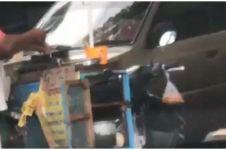 Viral penjual jajanan cuci wajan pakai genangan air di jalan
