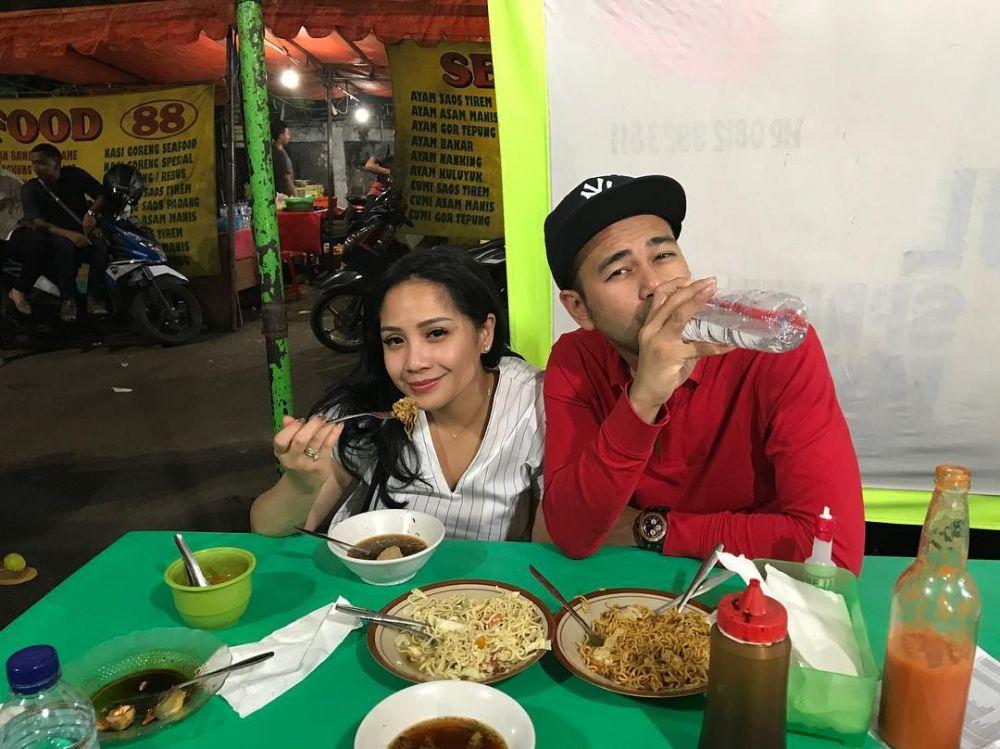 Pasangan seleb ini tak gengsi dinner di warung PKL Instagram