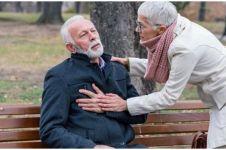 Cara memberikan pertolongan pertama pada penderita serangan jantung