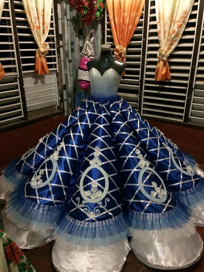 bikinkan gaun prom night untuk kakaknya internet