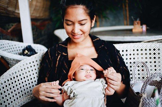 Momen seleb gendong anak pertama  Instagram