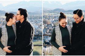 6 Potret maternity Yuanita Christiani & suami, tema kasual