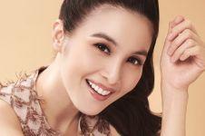 Nggak cuma jago makeup, 10 artis ini punya brand kosmetik