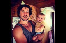 5 Tutorial parenting dari pria ini bikin kamu senyum geli
