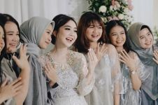 9 Momen tunangan beauty vlogger Astari Budi, senyumnya ngademin