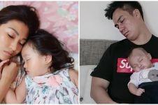 Potret 10 seleb tidur bareng anak, wajah naturalnya jadi sorotan