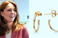 Kunjungi pusat medis Covid-19, anting Kate Middleton curi perhatian