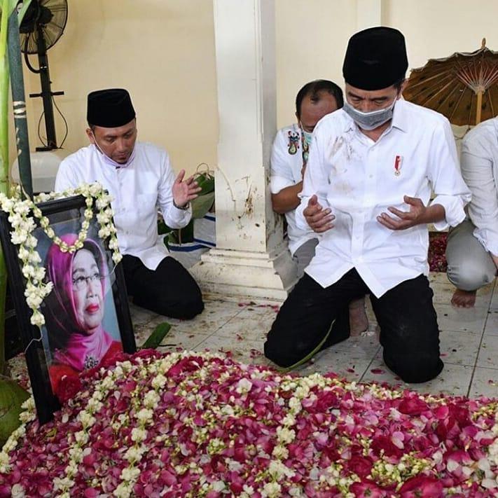 Momen haru pemakaman ibunda Jokowi Instagram