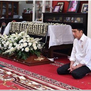 9 Potret duka Presiden Jokowi ditinggal ibunda, tetap tabah