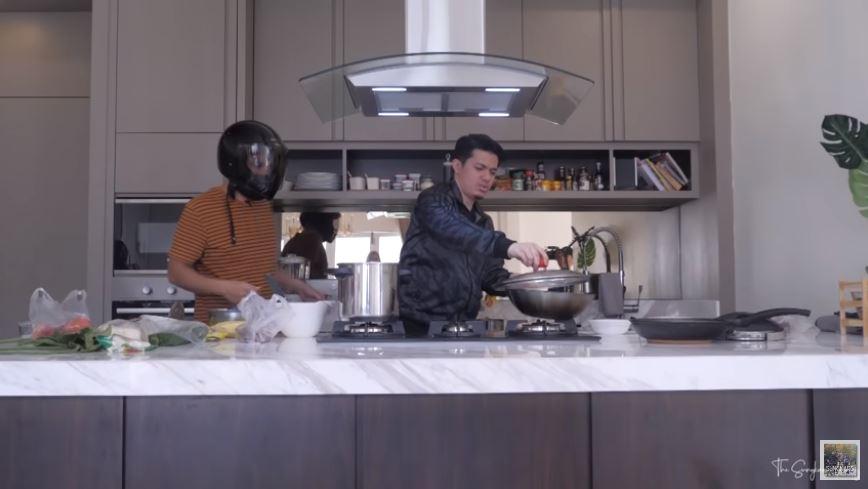 seleb masak pakai helm © 2020 brilio.net