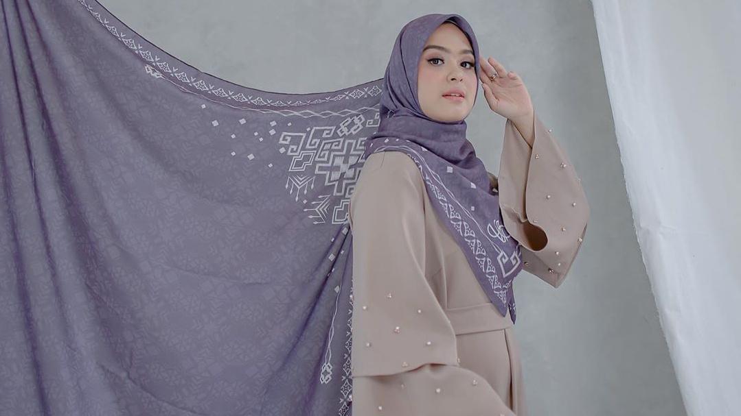 Tekuni dunia fashion, Vebby Palwinta luncurkan koleksi hijab