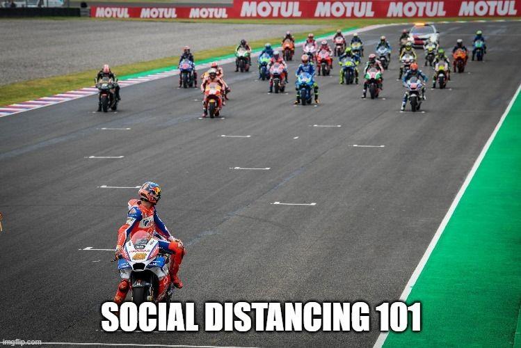 Aksi lucu pengendara saat social distancing Berbagai sumber