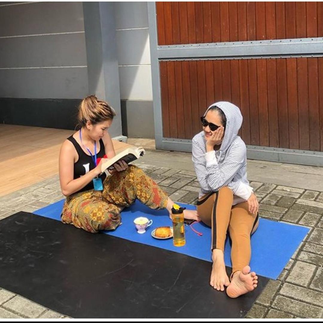 7 Gaya Ayu Ting Ting berjemur di rumah, dari yoga hingga berenang