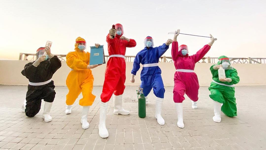 Terinspirasi teletubbies, perawat ini bikin baju hazmat warna-warni