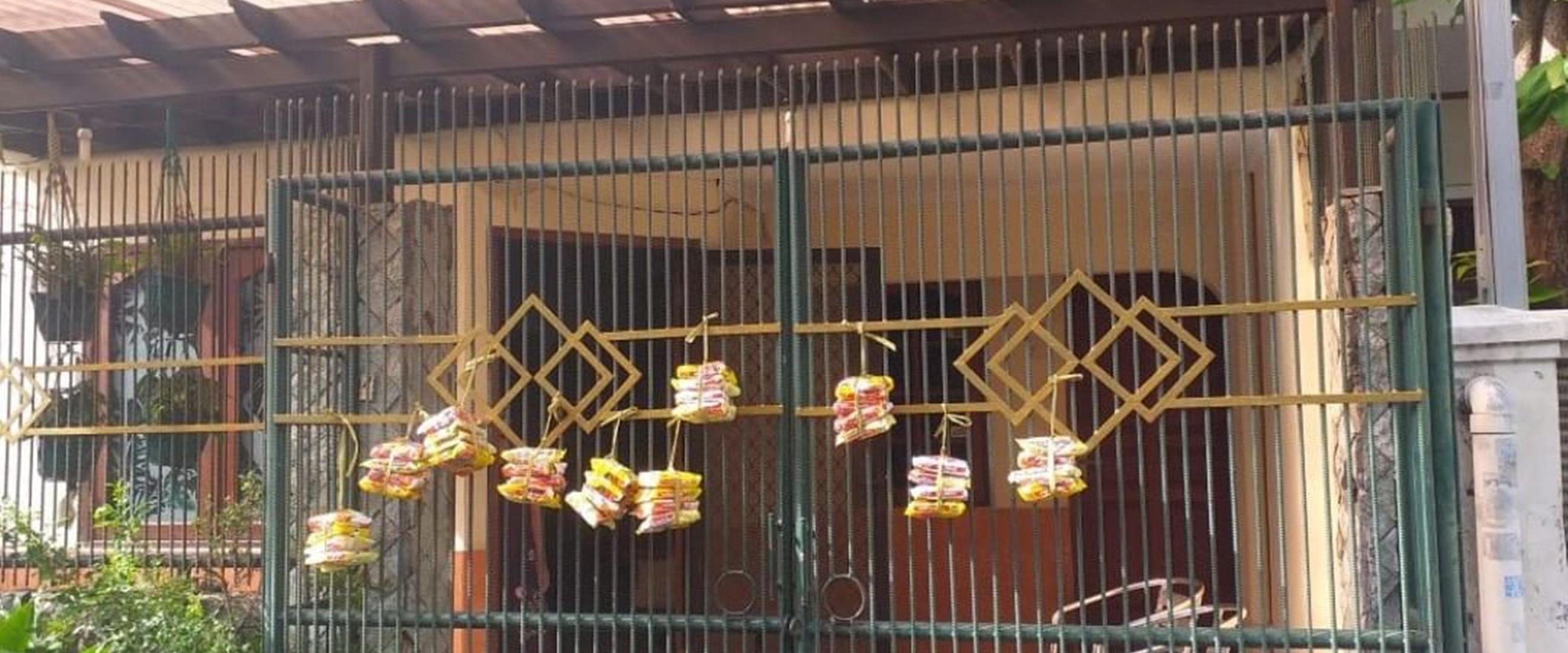 Kisah nenek 84 tahun tiap hari gantung makanan di pagar rumah