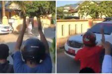 Viral aksi warga semangati pasien positif corona saat dievakuasi