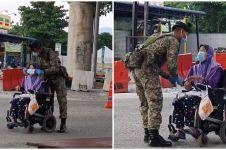 Kisah haru tentara pasangkan masker lansia berkursi roda