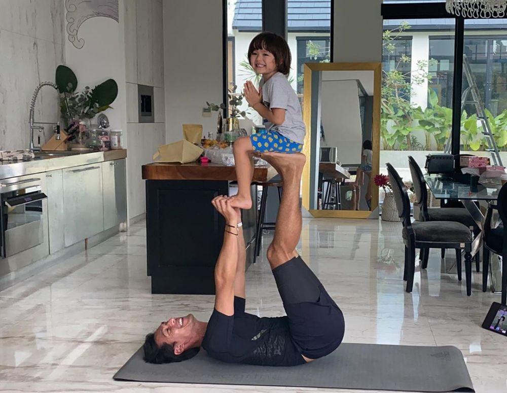 Jedar lakukan yoga bersama orang tercinta © 2020 brilio.net