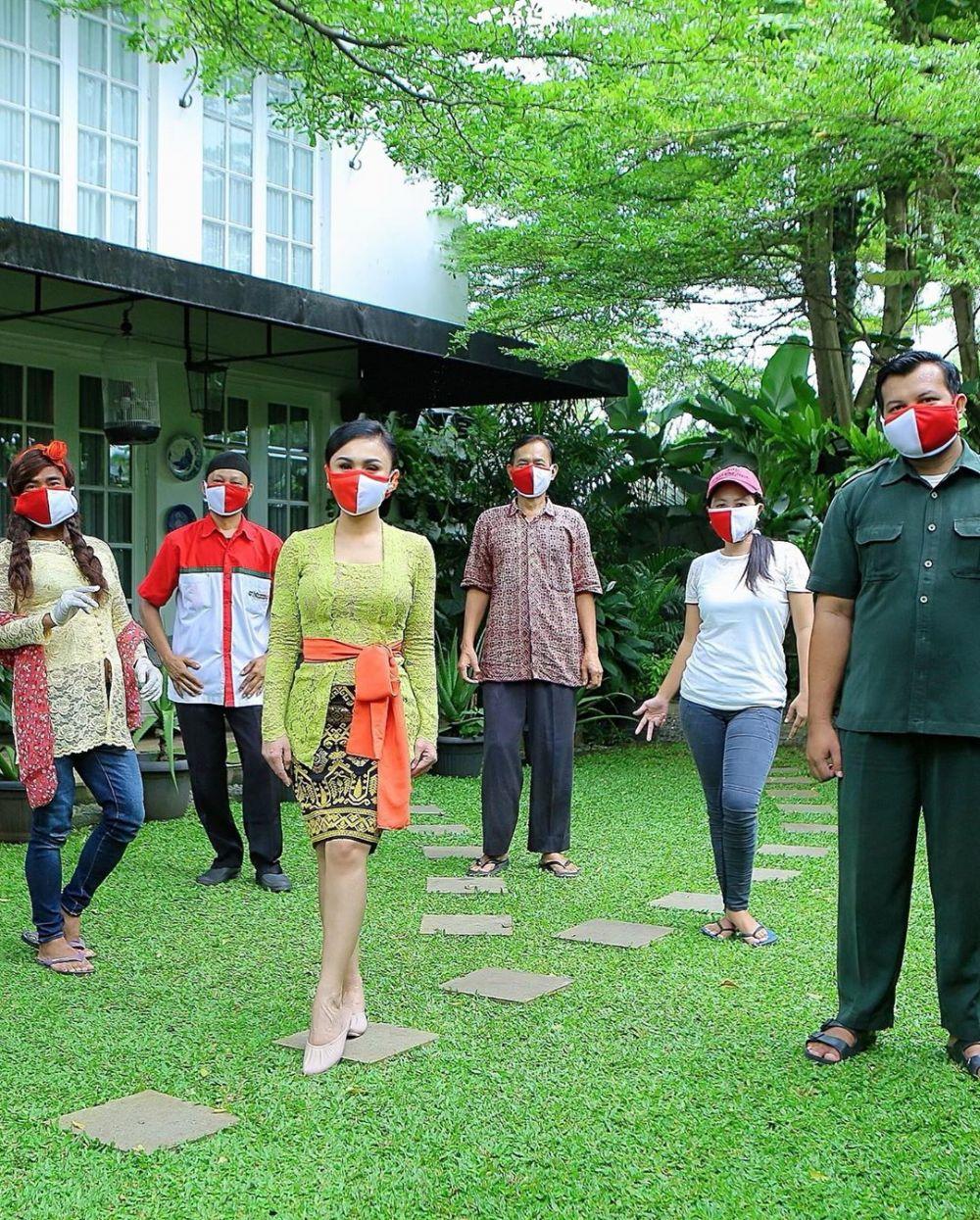 yuni berbagi sembako kebaya © 2020 brilio.net