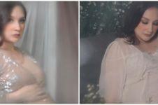 9 Potret maternity Mona Ratuliu di rumah, pakai latar sprei