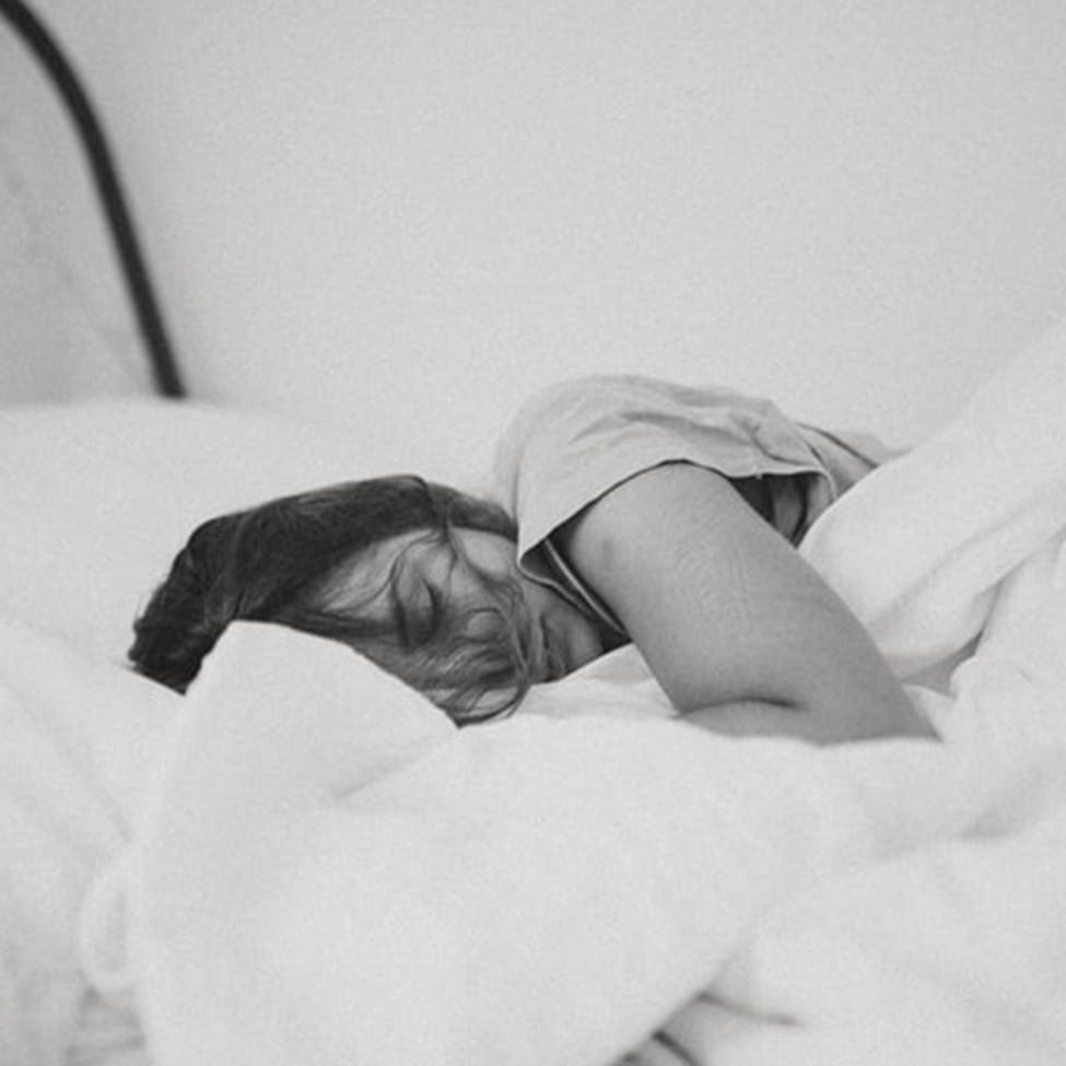 6 Tips mengatasi tidur mendengkur, posisi tidur hingga pola makan