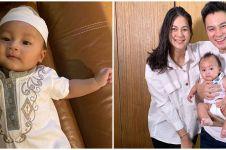 Potret menggemaskan Kiano anak Baim Wong pakai peci dan sarung