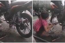 Cerita gadis cilik bantu pekerjaan ayahnya di bengkel ini bikin haru