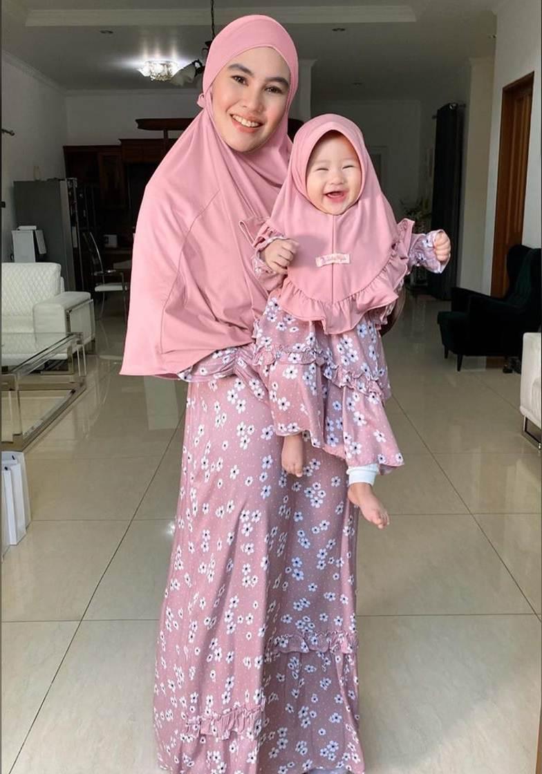 Potret 7 seleb kembaran baju muslim sama anak ini bisa ditiru