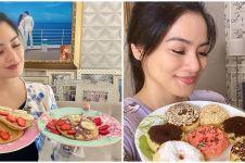 7 Momen Titi Kamal masak di rumah, penampilannya curi perhatian