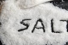 Berkumur air garam bisa atasi virus corona, mitos atau fakta?