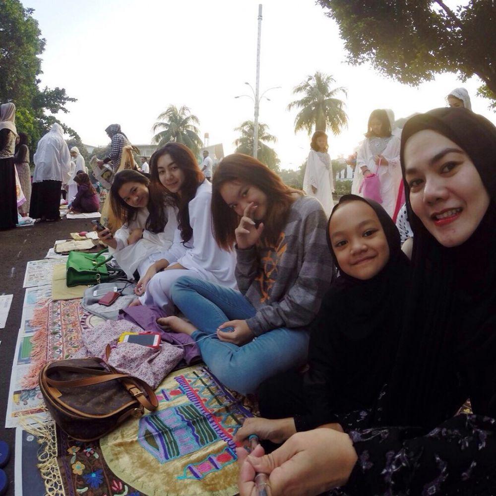8 Gaya Sarita Abdul Mukti dan keempat putrinya Instagram