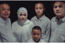 Momen Sule & anak-anaknya ziarah ke makam Lina, penuh haru