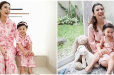 10 Potret Chelsea Olivia dan Natusha, kompak pakai baju kembaran