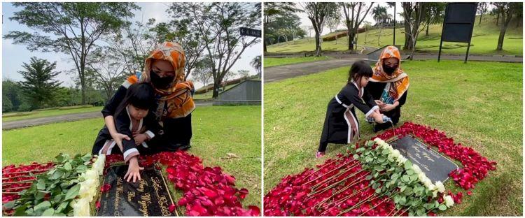 10 Momen putri Ririn Ekawati ziarah makam ayah, nangis ingin bertemu