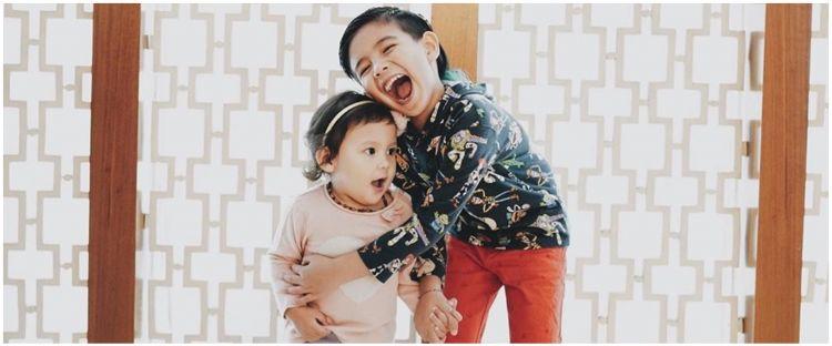 8 Momen manis Ryshaka anak Ryan Delon ke adiknya, bukti kakak idaman